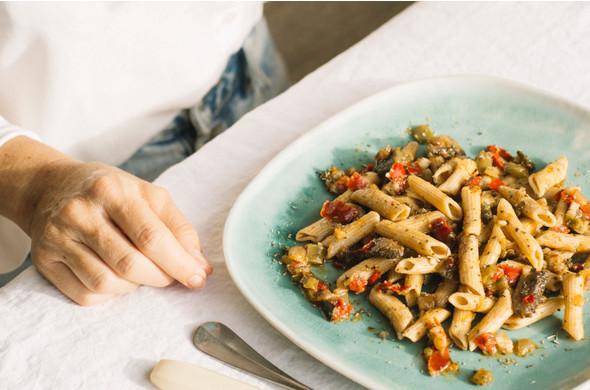Pasta integrale con Pesto e Verdura }}